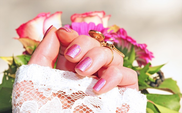 růžové nehtíky