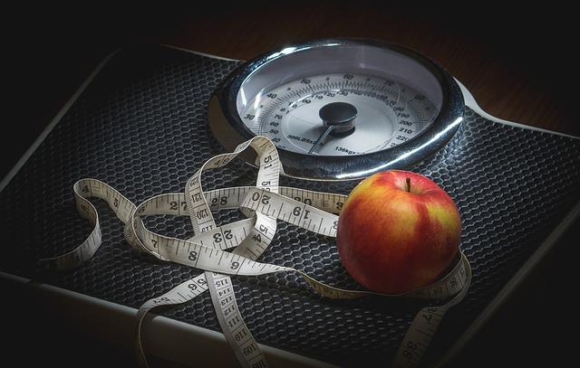 Váha, na ktorej je jablko a centimeter