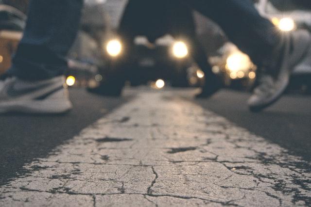 Detail na nohy ľudí, ktorí kráčajú po prechode pre chodcov.jpg
