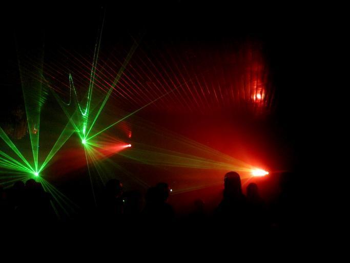 Diskotéka, farebné reflektory.jpg